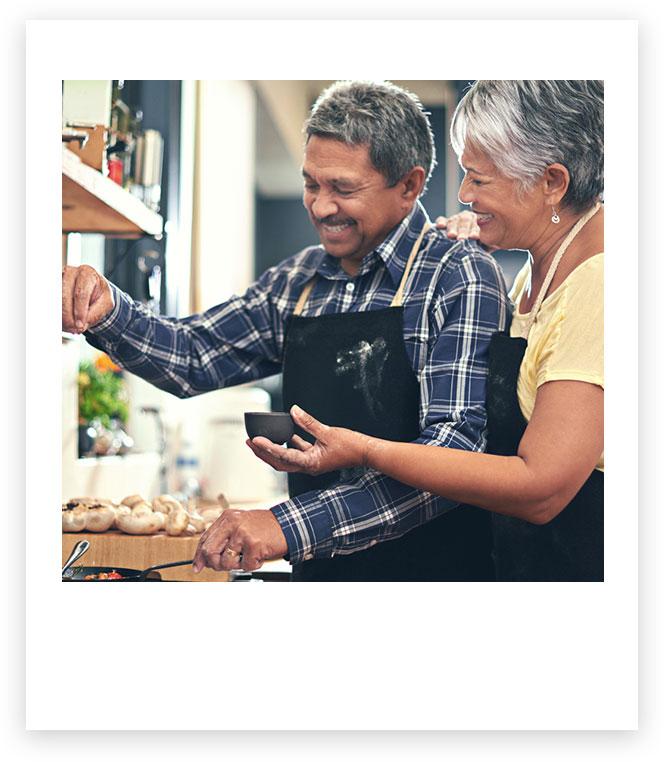 Un homme et une femme en cuisine