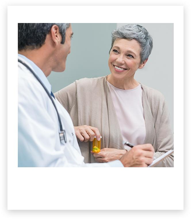 Un médecin en pleine discussion avec un patient tout sourire