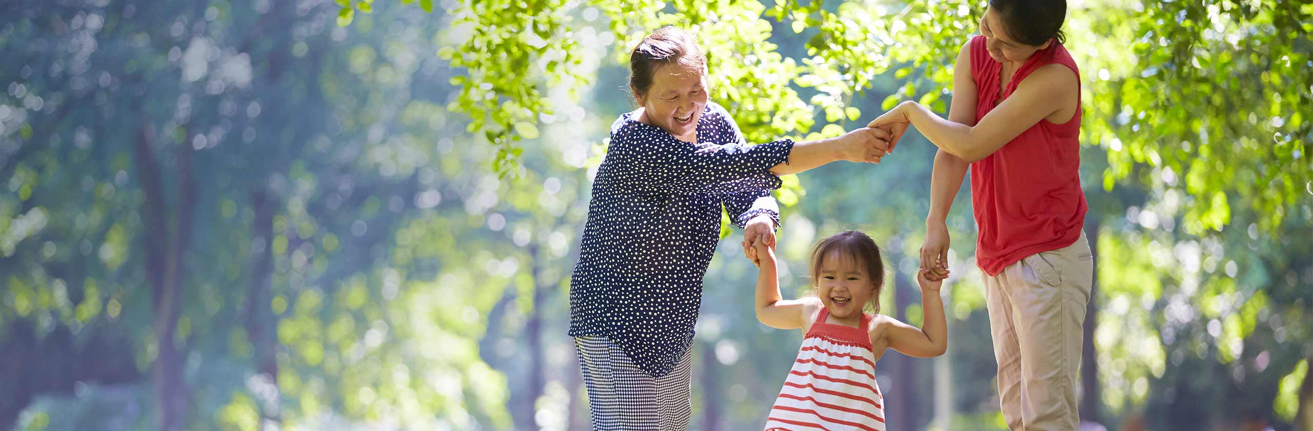 Une famille heureuse qui se promène main dans la main