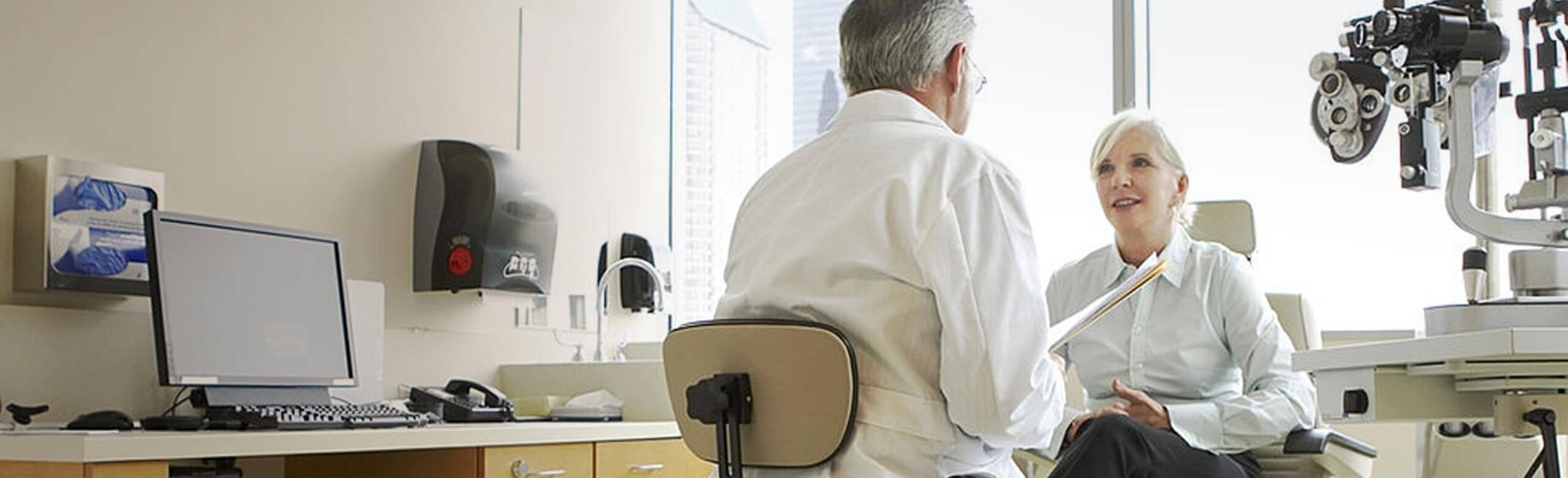Un ophtalmologiste et son patient en cabinet d'examen