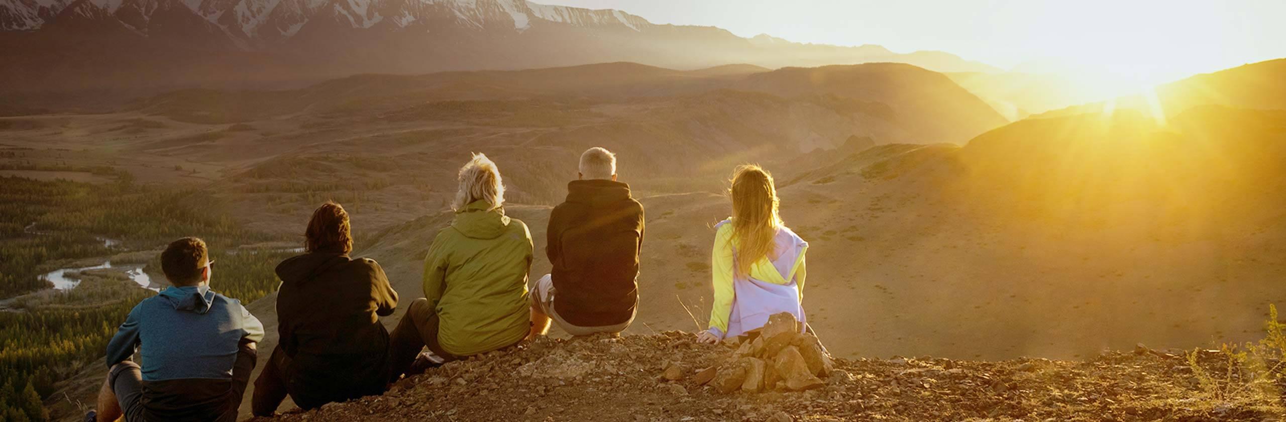 Une famille qui profite de la vue sur les montagnes