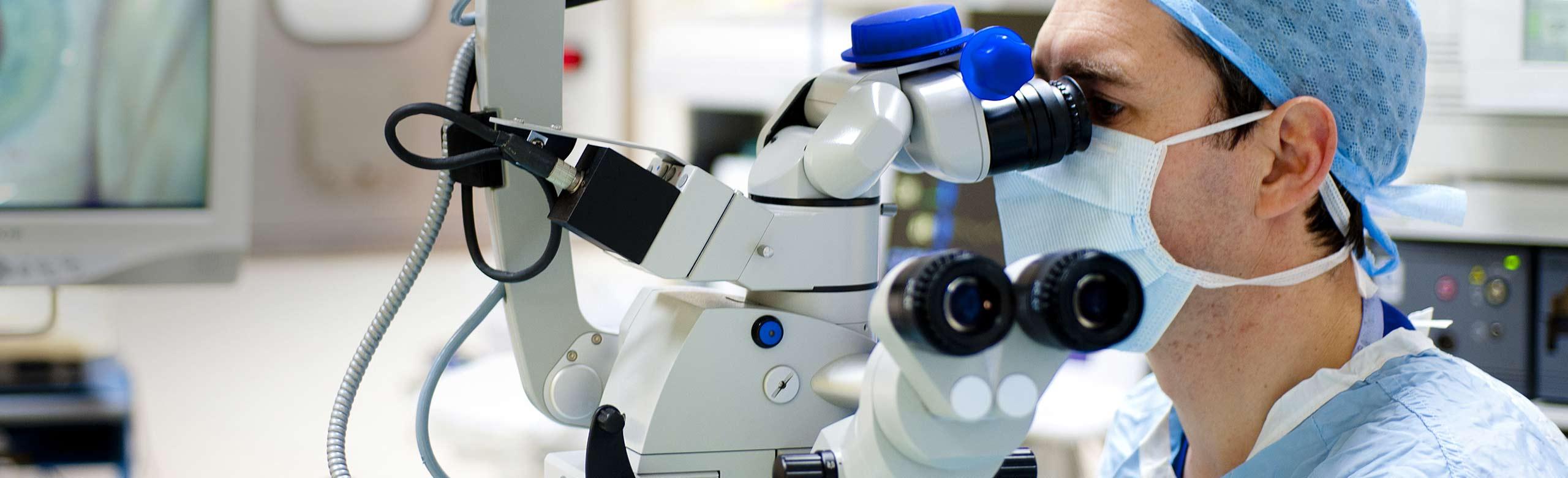 Chirurgien ophtalmologiste en train de pratiquer une chirurgie de la cataracte