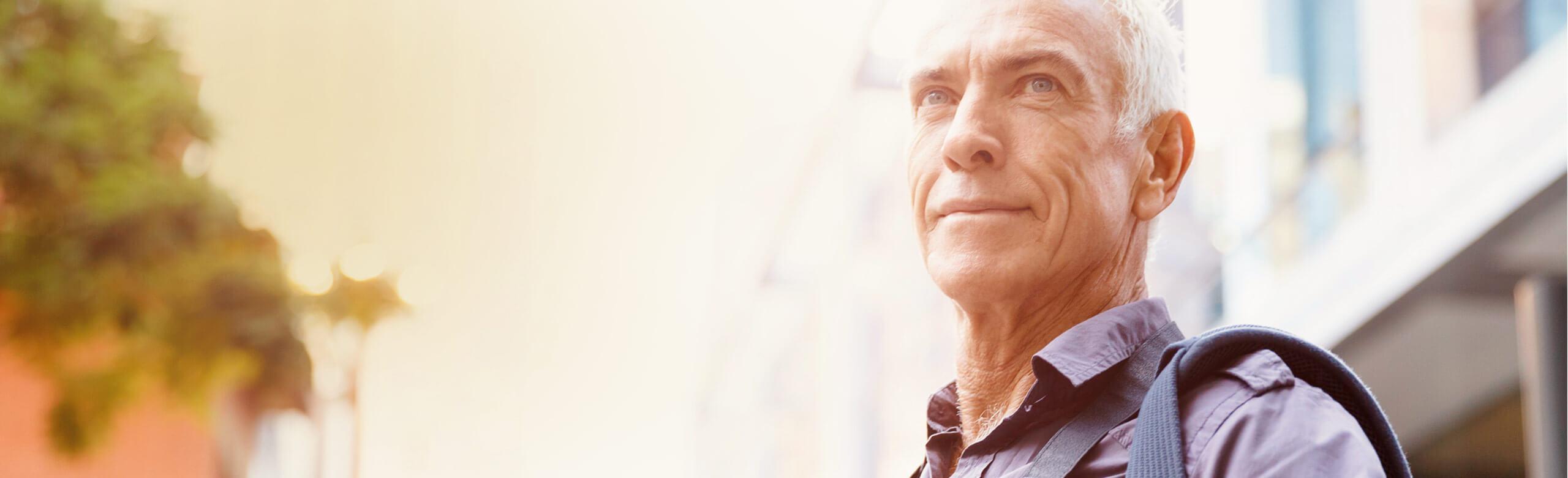 Un homme qui regarde au loin avec confiance