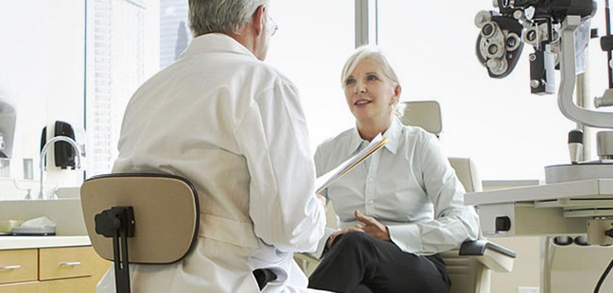 Un ophtalmologue et son patient en cabinet d'examen