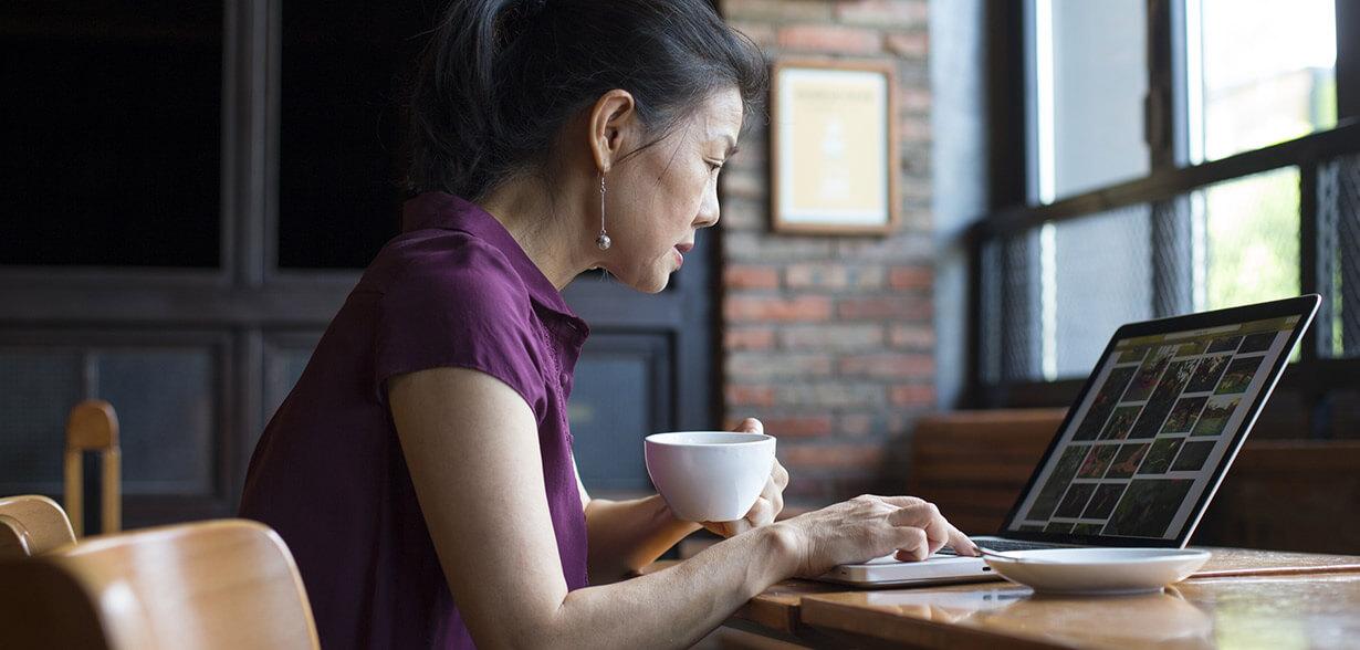 Une femme travaillant sur un ordinateur portable
