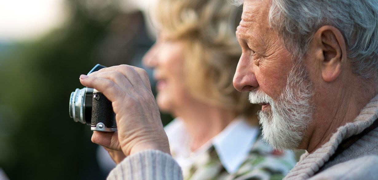 Un homme qui prend une photographie avec un appareil photo
